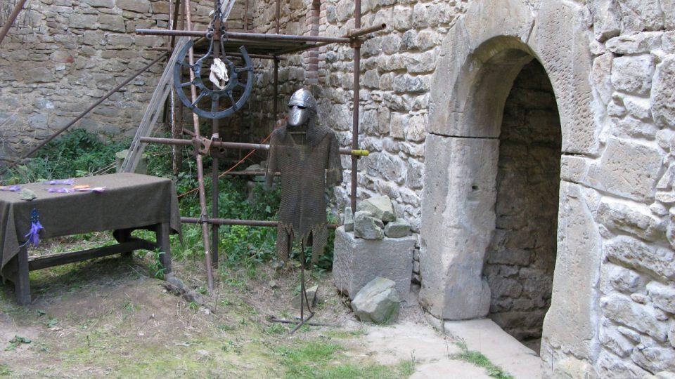 Vstup do paláce hlídal rytíř