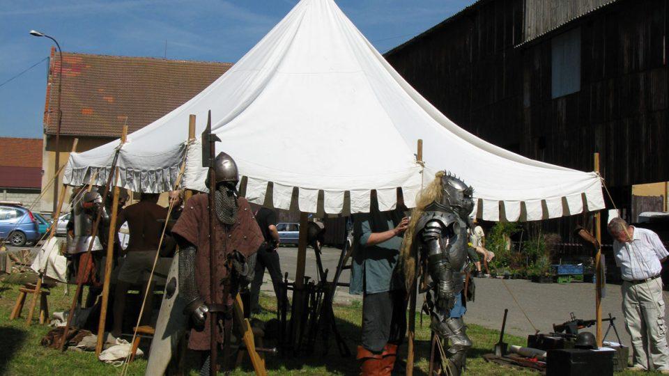 Středověké slavnosti doplňoval šerm a divadlo