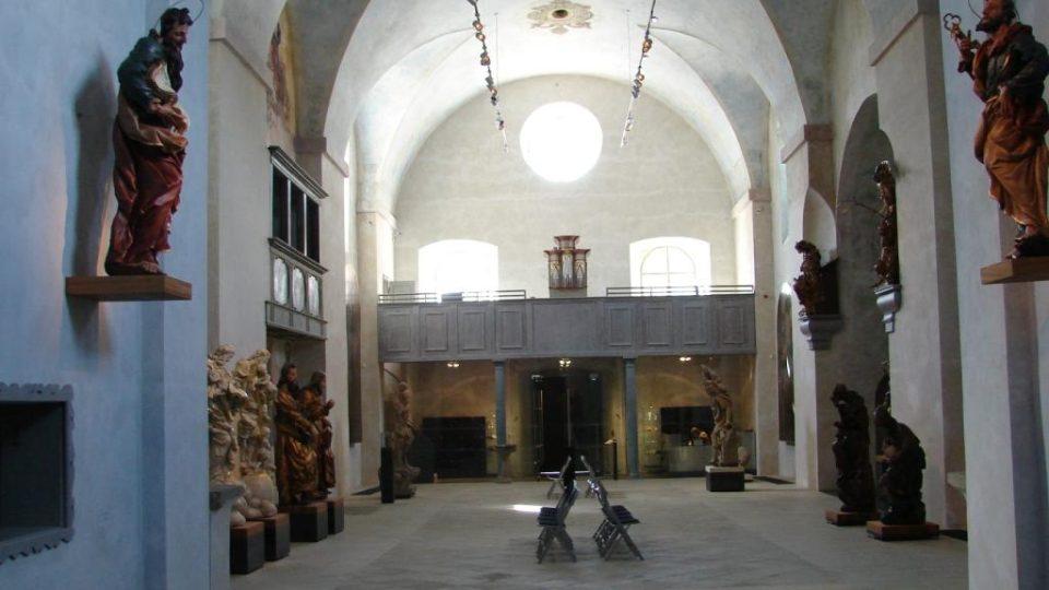 Muzeum soch v Chrudimi v bývalém kapucínském klášteře - pohled do lodě