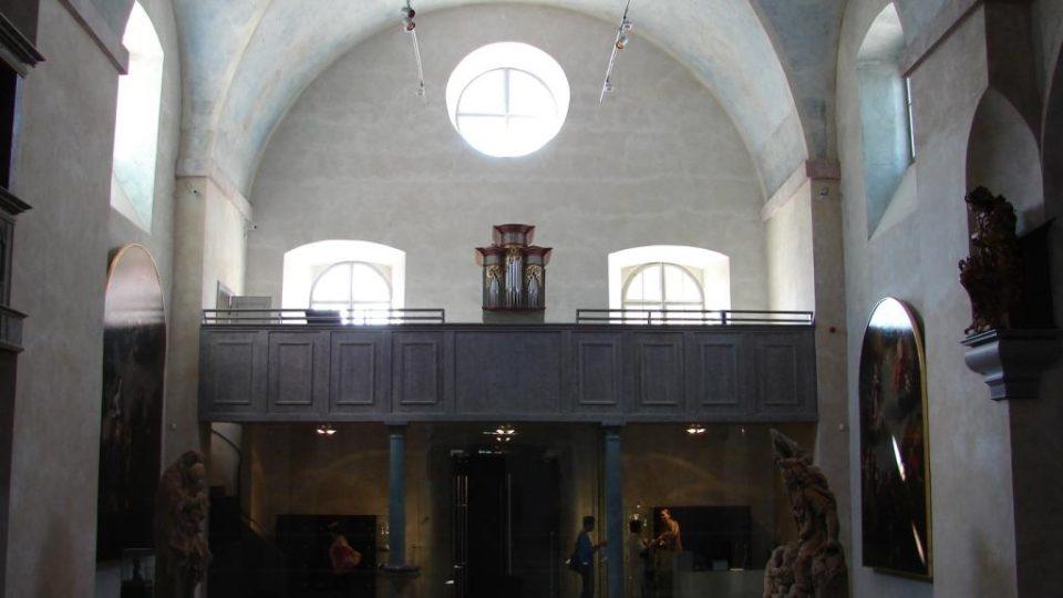 Muzeum soch v Chrudimi v bývalém kapucínském klášteře - pohled na kůr