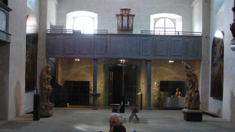 Vladimír Čech natáčí s Pavlem Panochem Pardubická ohlédnutí v Muzeu soch v Chrudimi