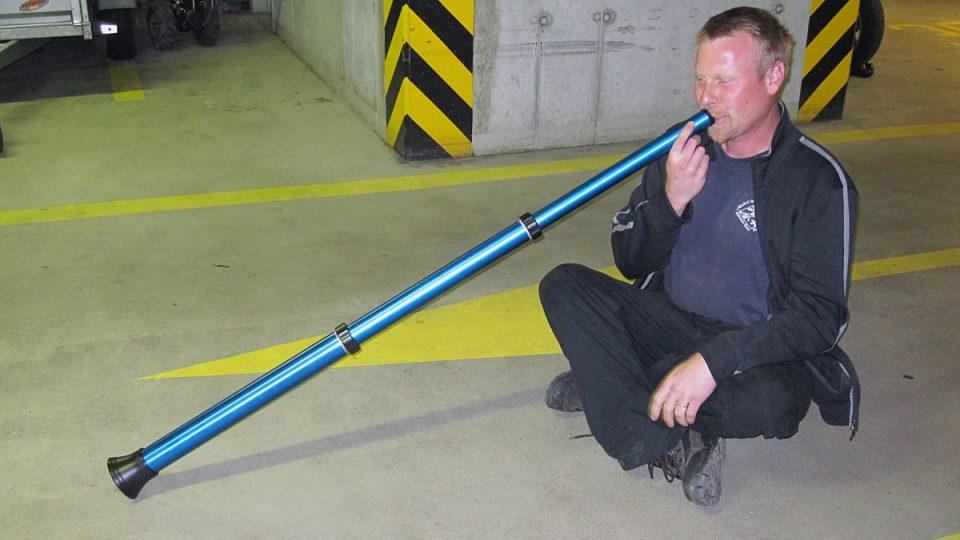 """Zdeněk Vilímek nám v garážích Českého rozhlasu ukázal hru na """"skládací"""" didgeridoo"""