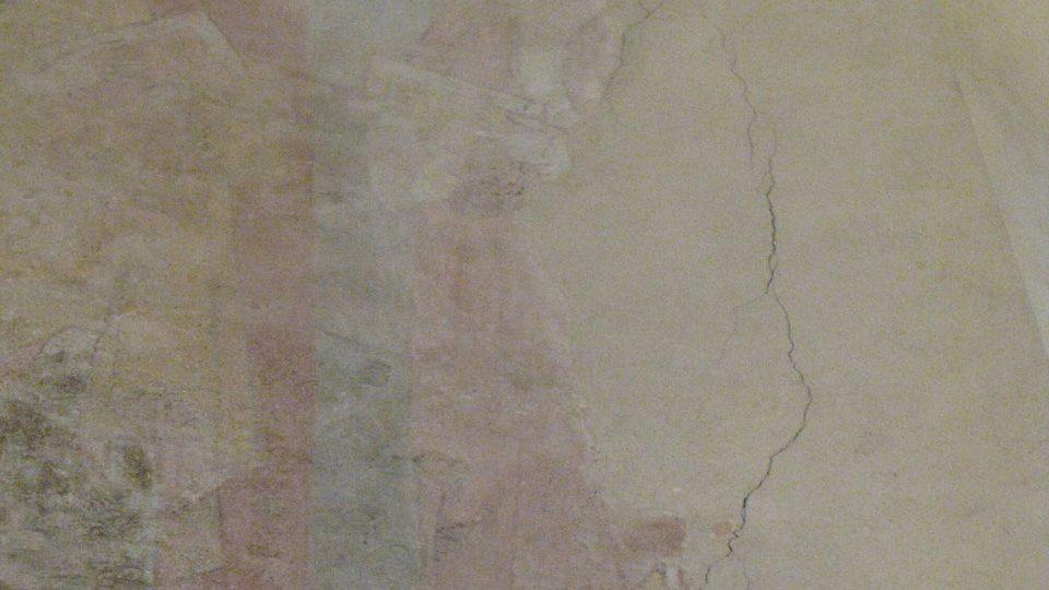 Praskliny bohužel zasahují i do románských maleb