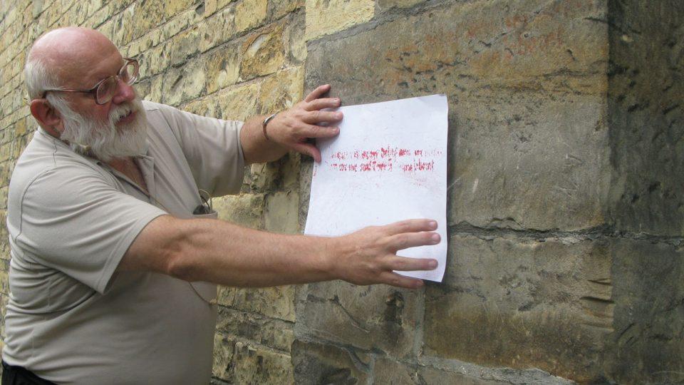 K rozluštění části nápisu pomohly fotografie a počítačové úpravy