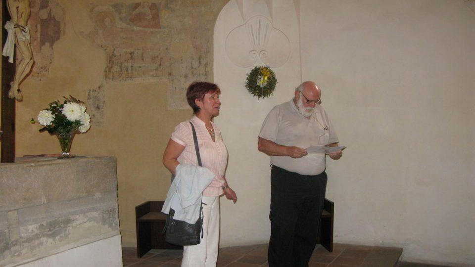 Po poledním křtu publikace o kostele a prohlédnutí výstavy už se zájemci vrátili do kostela na přednášku PhDr. Zdeňka Dragouna z archeologického oddělení NPU