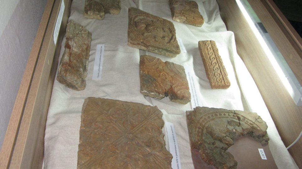 Vitrína s originály dlaždic vzbuzovala velký zájem mezi návštěvníky, protože mnozí dosud znali pouze kopie