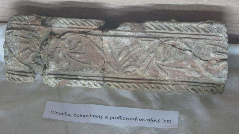 Okrajová dlaždice z podlahy kostela v Dolních Chabrech