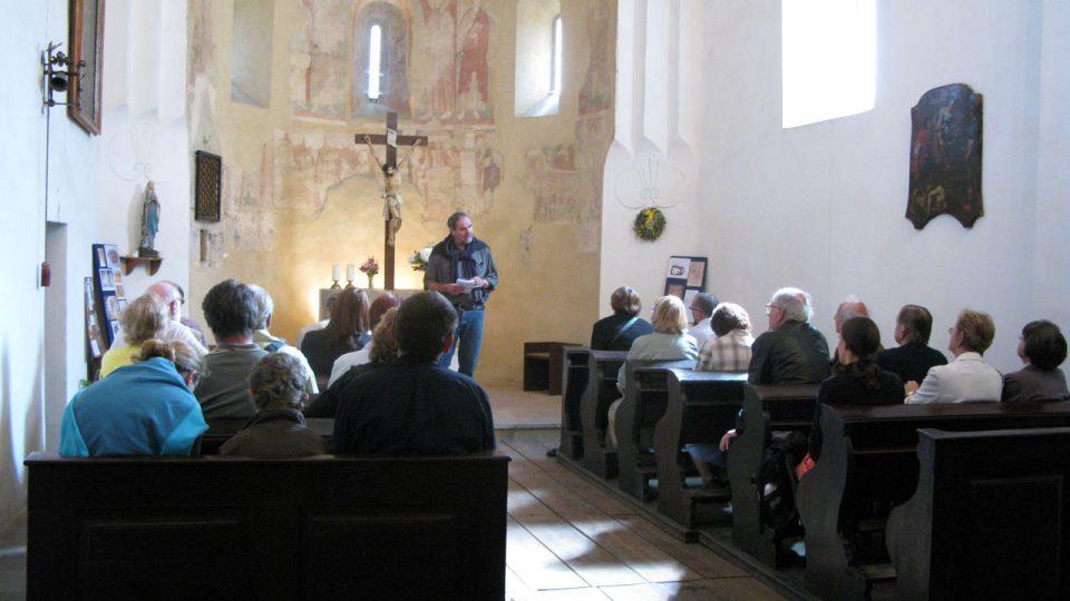 Korunování Panny Marie v současném kostele schází, ale podle prof. Royta mohlo být někde v lodi