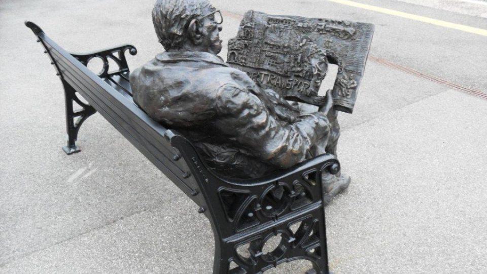 Sir Nicholas Winton má na nádraží v Maidenheadu u Londýna skromný památník