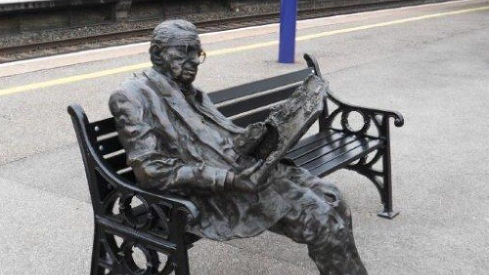 Socha sedícího sira Nicholase Wintona na nádraží v Maidenheadu