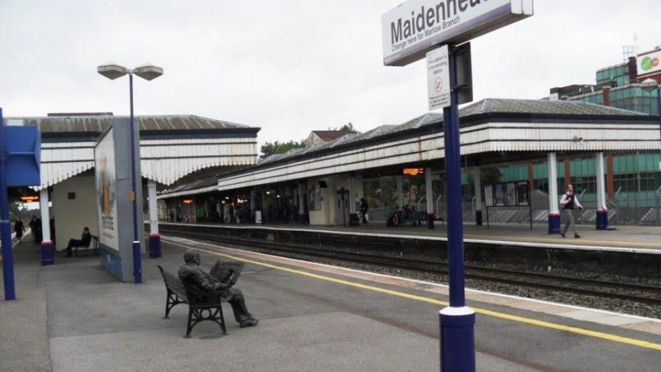 Památník sira Nicholase Wintona na nádraží v městečku Maidenhead, kde žije