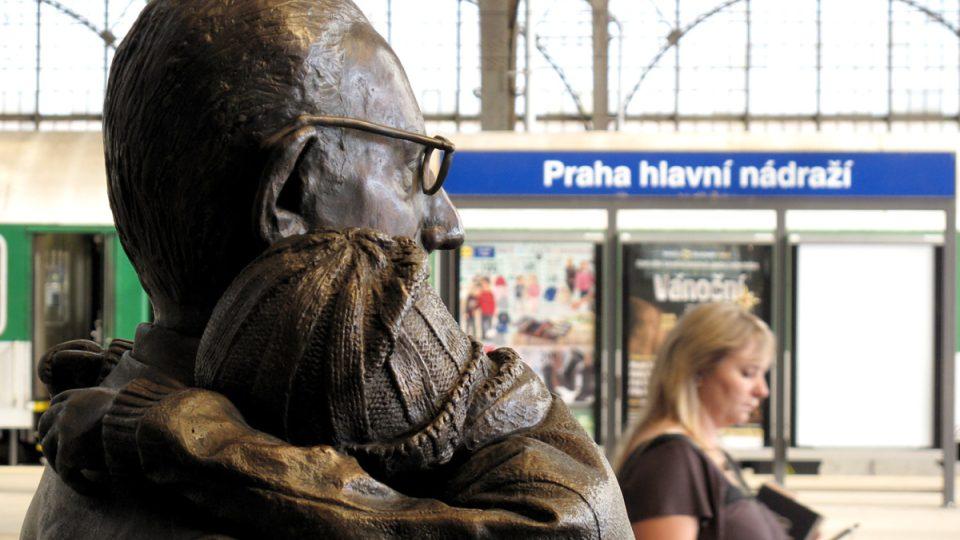 S cestujícími na prvním nástupišti hlavního nádraží v Praze čeká na vlak i sir Nicholas Winton s dětmi