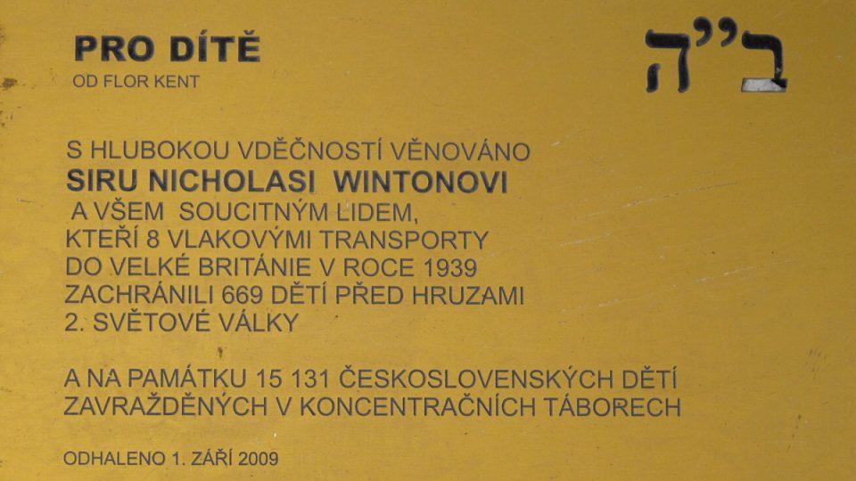 Pamětní deska na prvním nástupišti pražského hlavního nádraží připomíná hrdinský čin sira Nicholase Wintona
