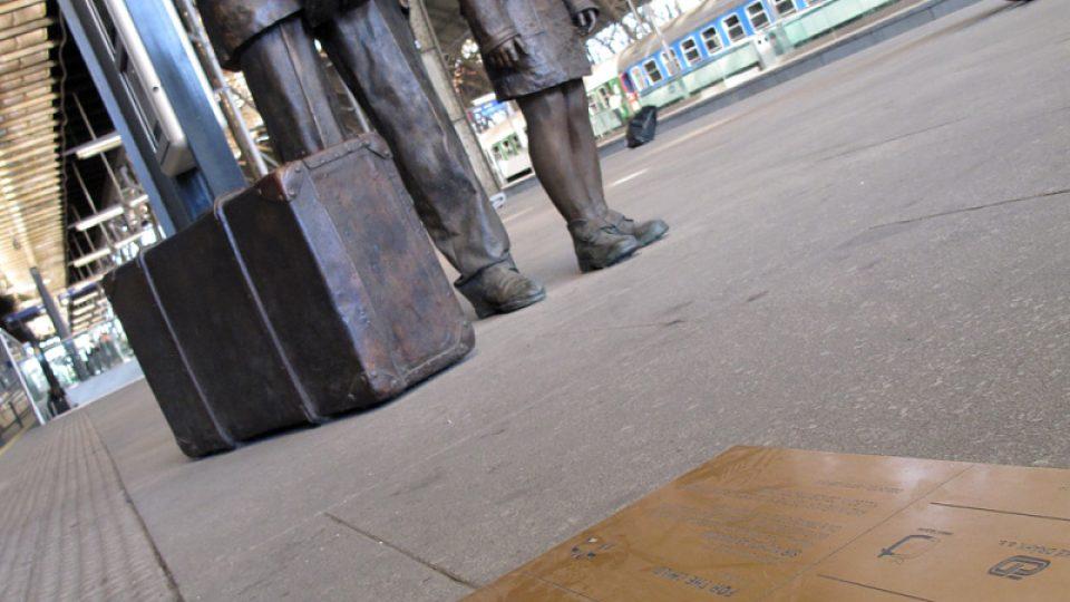 Sousoší na pražském hlavním nádraží znázorňuje sira Nicholase Wintona s dětmi čekajícími na vlak do Spojeného království
