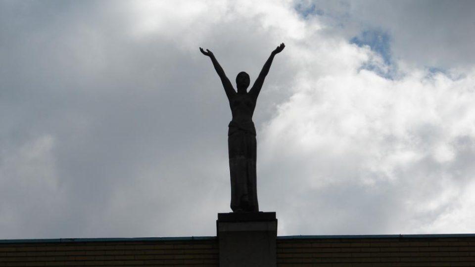 Divadlo Karla Pippicha v Chrudimi - detail sochy nad hlavním průčelím