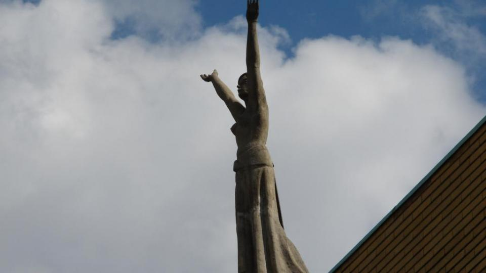 Divadlo Karla Pippicha v Chrudimi - detail sochy nad vchodem