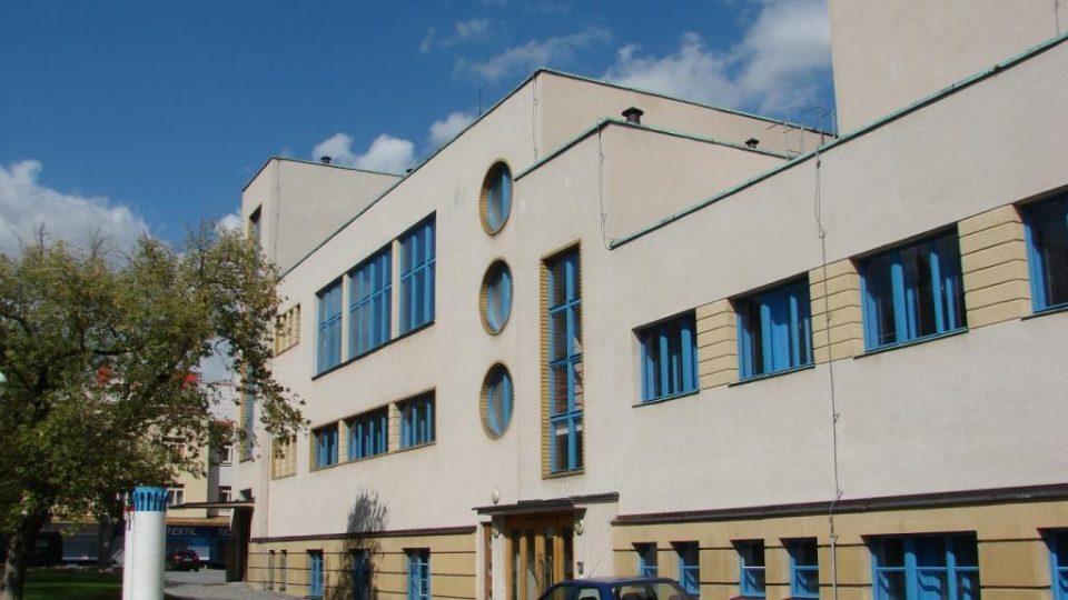 Divadlo Karla Pippicha v Chrudimi - pohled od Chrudimky