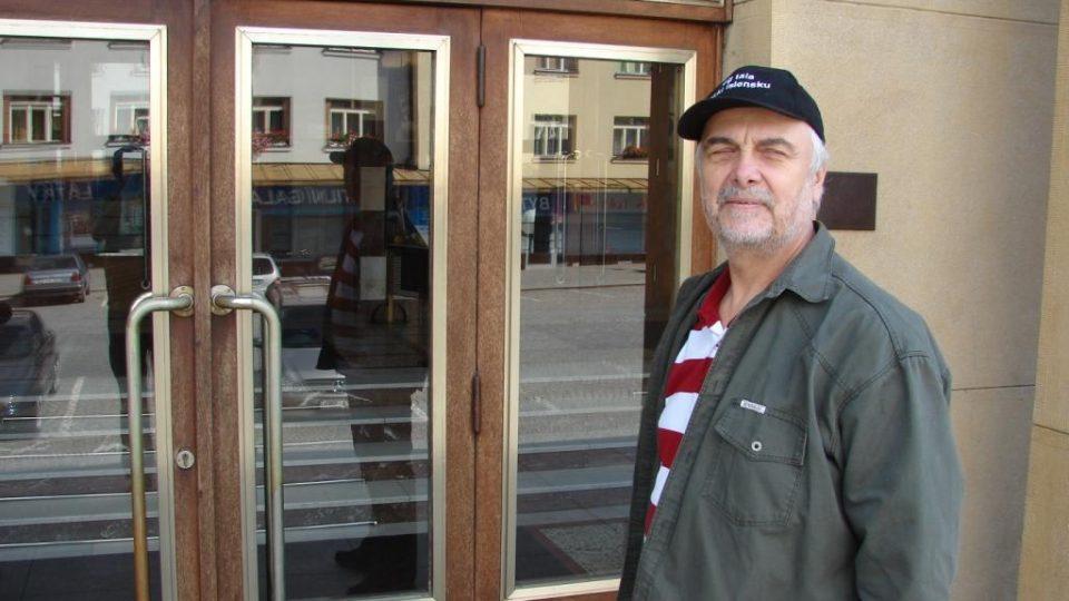 Vladimír Čech před chrudimským divadlem