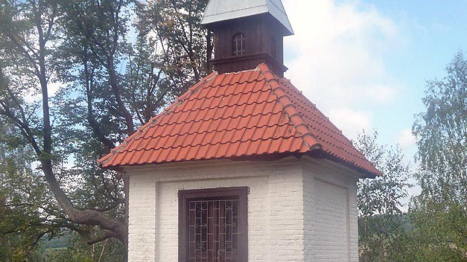 Ve Vysoké Peci v Bohutíně se dochovala kaplička z počátku 18. století