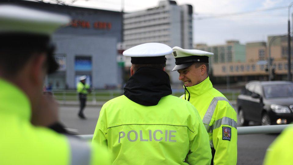 Policisté sledují svého kolegu při akci