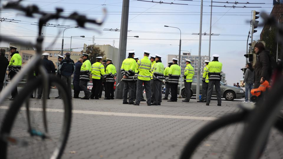Celostátní soutěž dopravních policistů - někteří cyklisté preventivně sesedají z kol