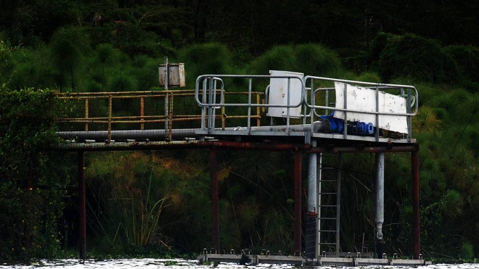 Pumpy nepřetržitě čerpají vodu z jezera