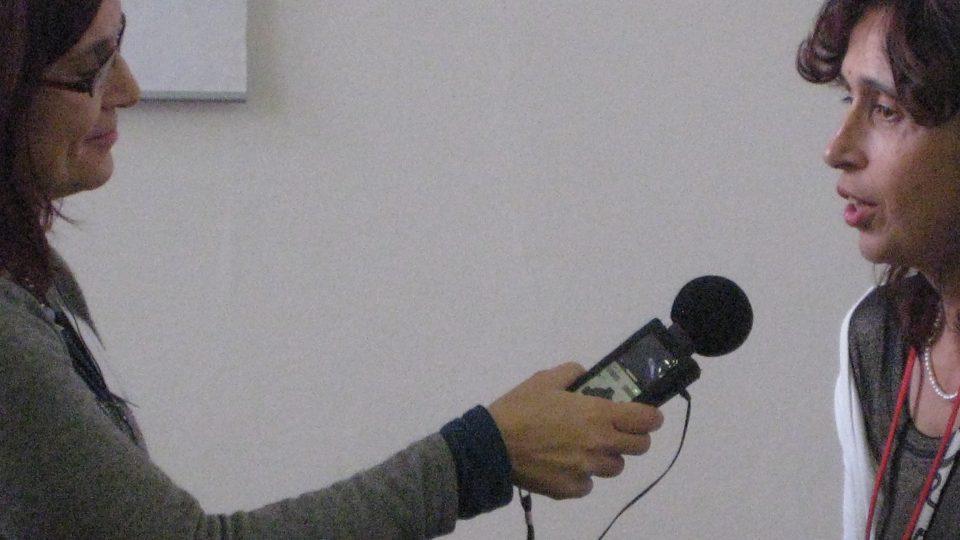 Markéta Hejkalová mluví do mikrofonu
