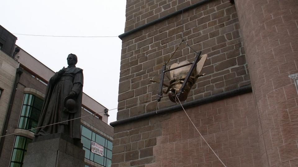 Lezci spouštějí mouchu z českobudějovické Černé Věže III