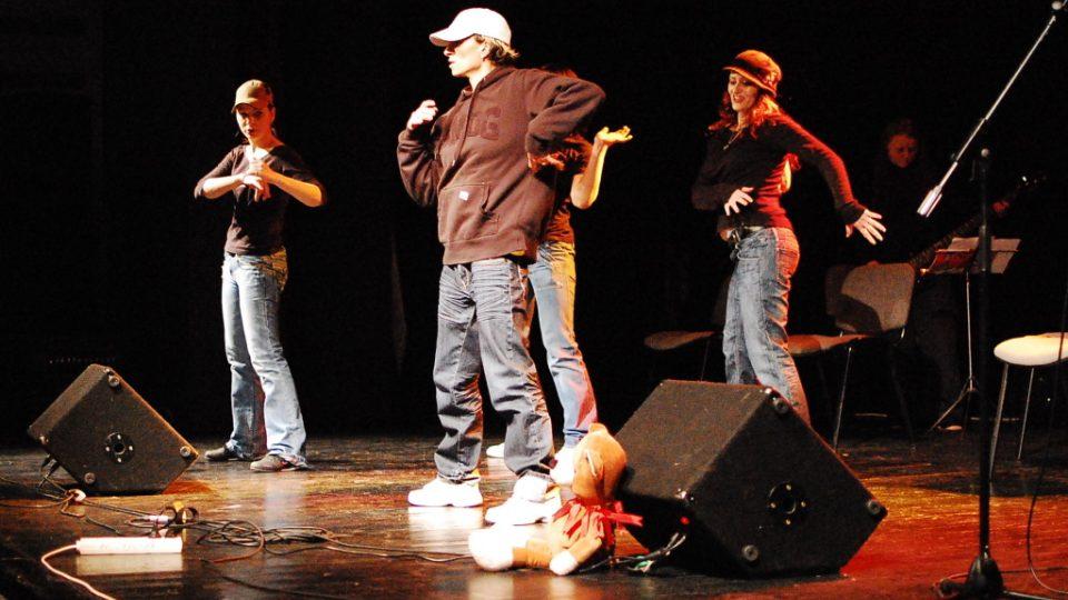Program odsouzených z věznice ve Světlé nad Sázavou v Kulturním centru Zahrada na Jižním Městě na podzim 2010. Vystoupení věznice uspořádala společně s občanským sdružení Prak - prevence kriminality.