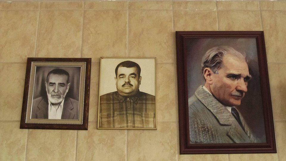 Fotky otce a dědečka současných majitelů visí vedle zakladatele Turecka Atatürka