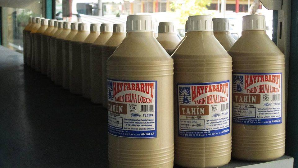 Omáčka tahini se používá k přípravě chalvy