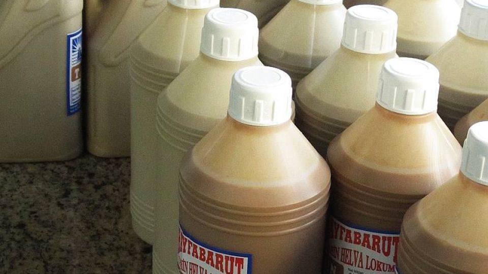 Vyskládané lahve omáčky tahini