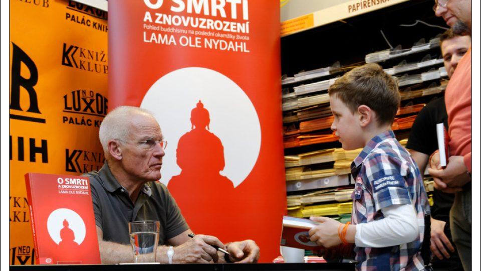 Lama Ole Nydahl na autogramiádě v Praze