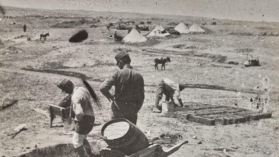 Jarošovi spolubojovníci vyrábějí nepálené cihly pro pouštní tábor