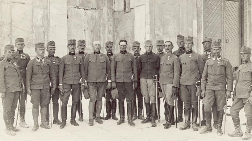 Rakousko-uherští důstojníci u muslimského Skalního dómu v Jeruzalémě
