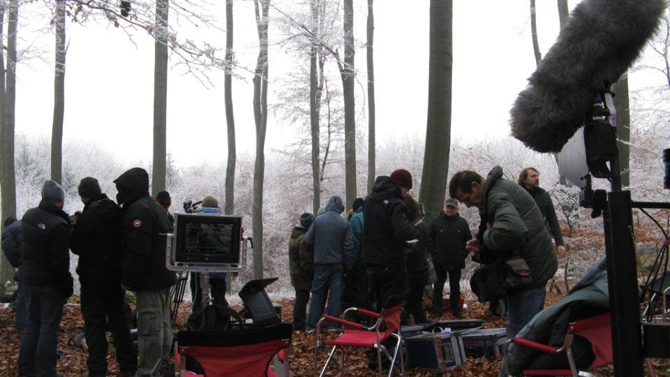 Filmaři natáčeli v lese asi 500 metrů od cesty