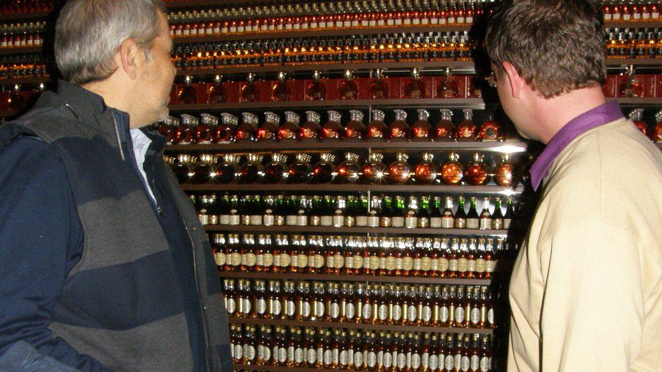 Marek Eben a Aleš Cibulka si prohlížejí lahve koňaku