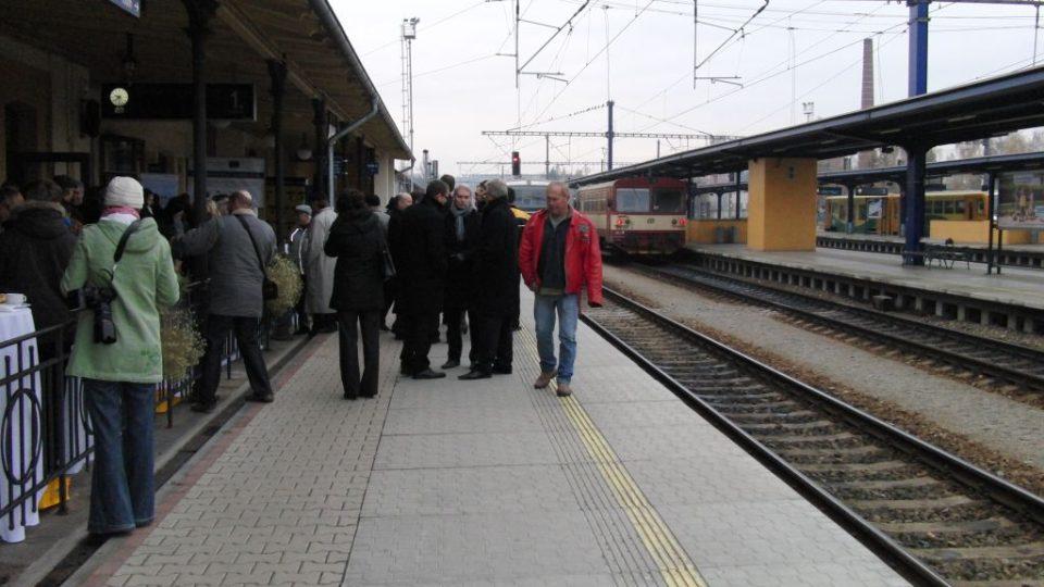 Lidé na peronu