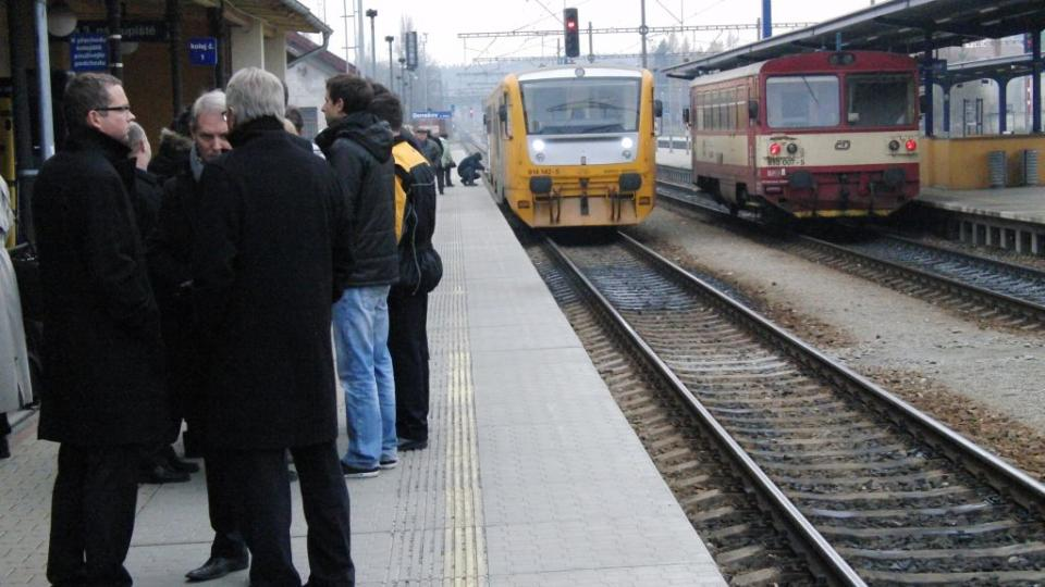 Lidé na peronu a vlak Regionova
