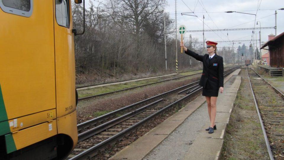 Výpravčí dává vlaku zelenou