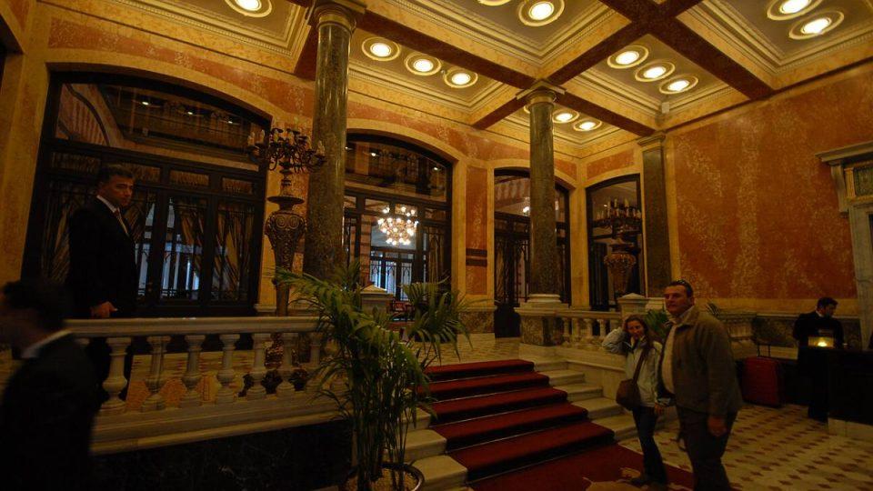 Lobby istanbulského hotelu Pera Palace