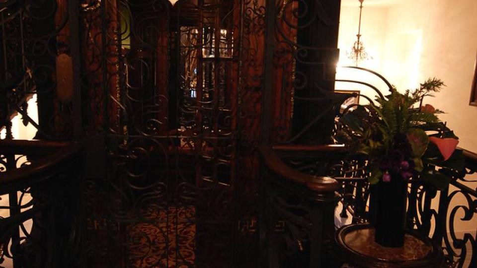 Původním výtahem se hosté svezou jen po příjezdu do hotelu