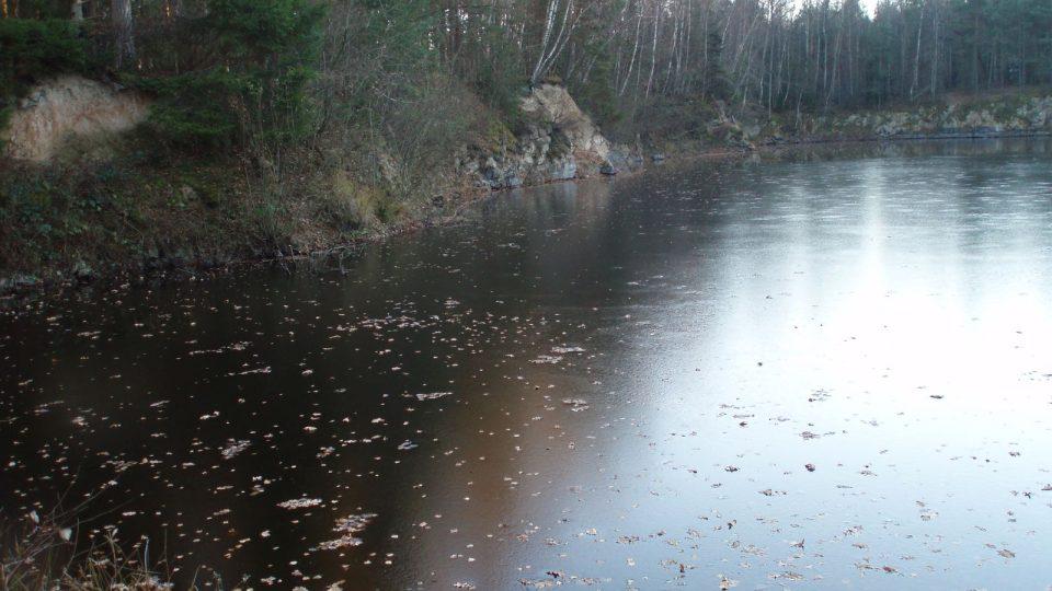 Hladina zatopeného lomu se mění podle podzemní vody