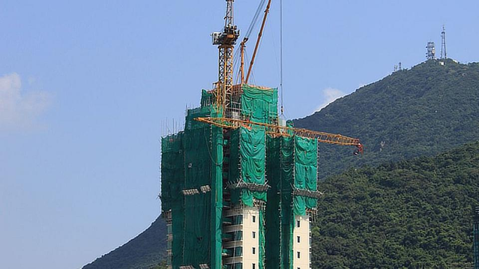 I na takové budovy se dá lezt pomocí bambusových tyčí