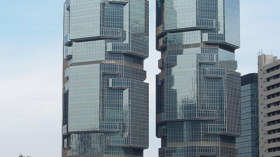 Věže Lippo center jsou vysoké bezmála 200 metrů