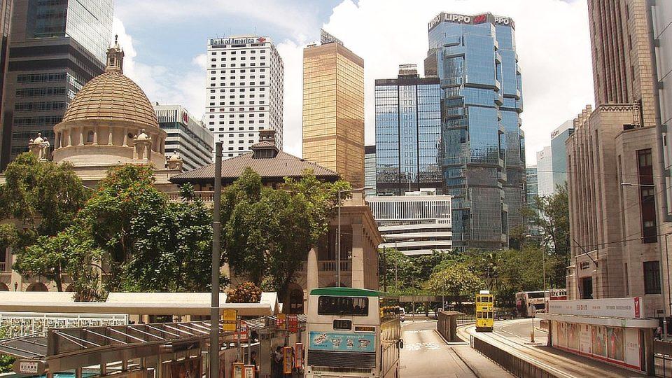 Banky, hotely, kanceláře. Všechno staví v Hongkongu do výšky. Dokonce i autobusy mají dvojpatrové