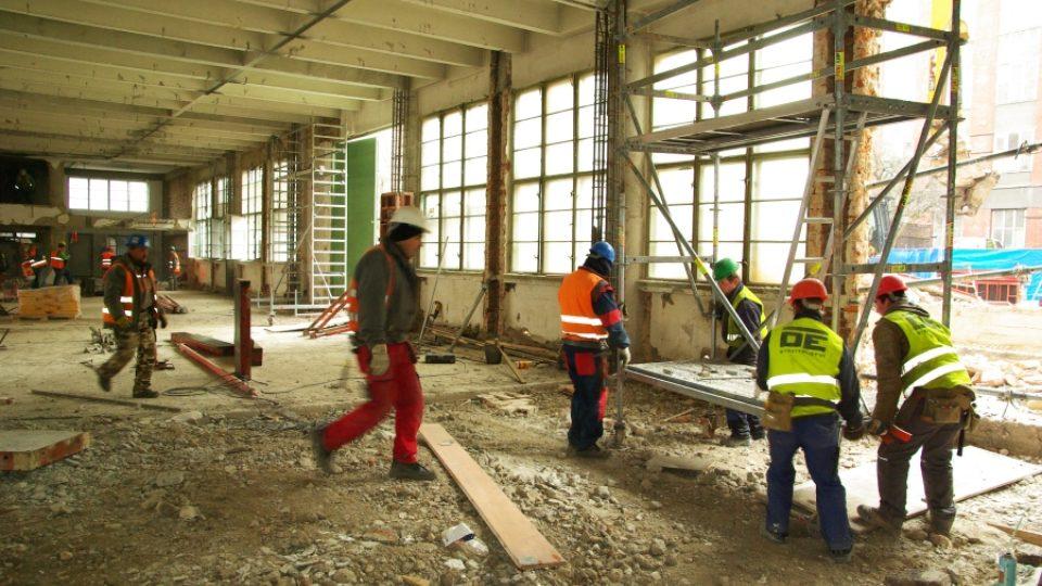 Dělníci rozebírají Baťovskou továrnu