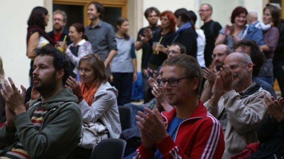 Čtenáři a příznivci Sedmé generace v brněnském Domě pánů z Kunštátu