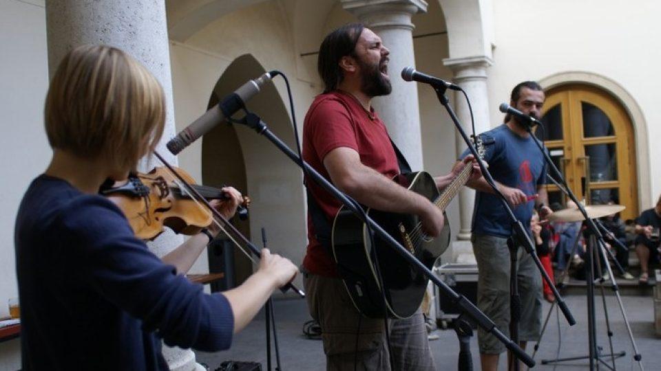 Kapela Zelené koule hraje na benefičním koncertu ke 20. výročí založení časopisu Sedmá generace