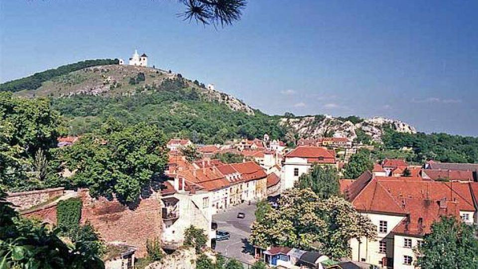 Svatý kopeček se tyčí nad jihomoravským Mikulovem
